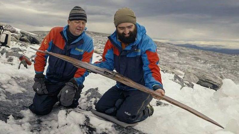 Чудеса глобального потепления: в Норвегии подтаявший ледник обнажил снаряжение, потерянное 1300 лет назад